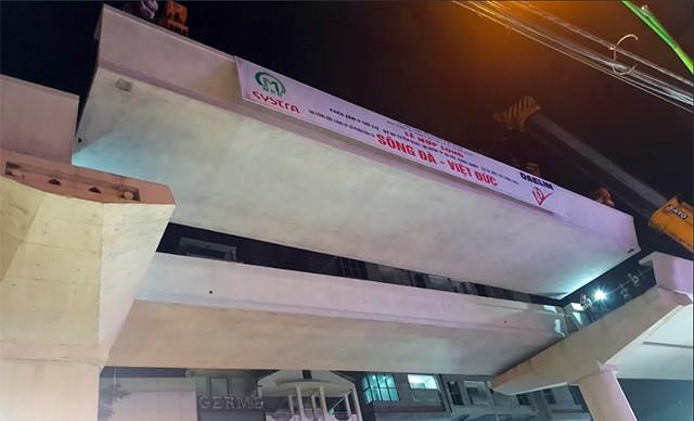Phiến dầm cuối cùng của tuyến đường sắt ga Hà Nội - Nhổn được lắp đặt thành công.