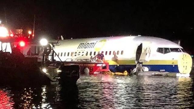 Lực lượng cứu hộ tiếp cận hiện trường Boeing 737 lao xuống sống ở Florida, Mỹ tối 3/5. Ảnh: Reuters.