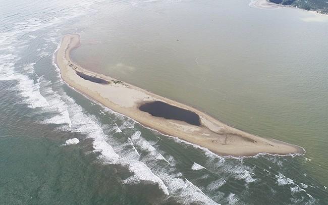 Cồn cát trên hình thành trên biển Cửa Đại giống hình cánh cung hướng vào đất liền, ở giữa có hai hồ nước. Ảnh: Tổng cục Phòng chống thiên tai.