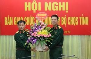 Thiếu tướng Trần Ngọc Tuấn, Phó Chính ủy Quân khu 2 chúc mừng Đại tá Nguyễn An Phong.