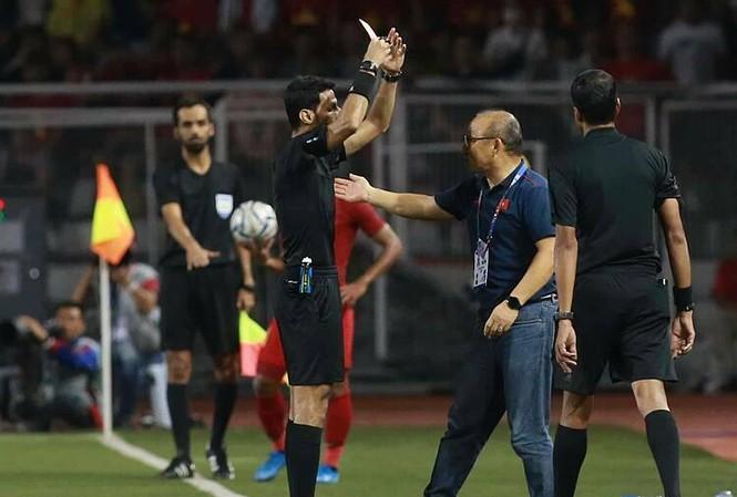 HLV Park nhận thẻ đỏ khi Việt Nam đang dẫn Indonesia 3-0 ở chung kết SEA Games. Ảnh: Lâm Thỏa.