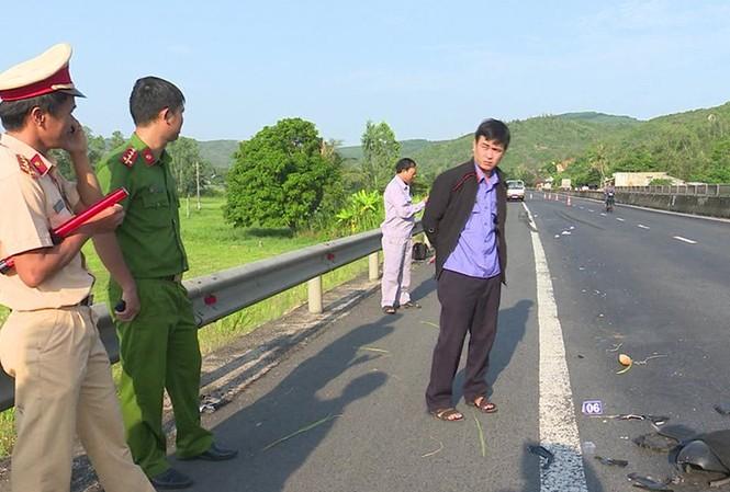 Các lực lượng chức năng khám nghiệm hiện trường vụ tai nạn.