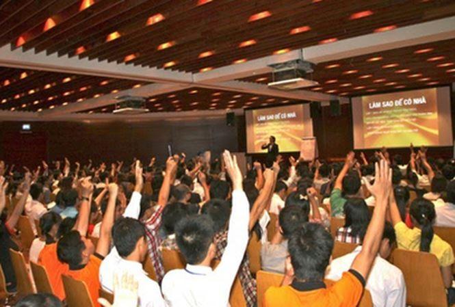 Một buổi thuyết trình đào tạo các thành viên của công ty đa cấp thu hút hàng trăm người tham gia