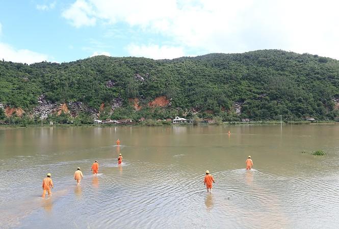 Phú Yên là địa phương có lưới điện bị ảnh hưởng nặng nề nhất trong bão số 6. Tại khu vực Hảo Sơn, huyện Đông Hòa, việc xử lý sự cố rất khó khăn do cột điện gãy đổ bị ngập sâu trong nước. Ảnh: Đình Vỹ.