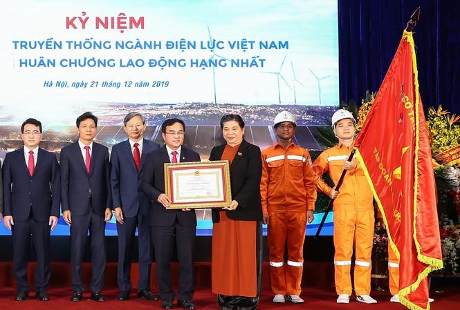 Ủy viên Bộ Chính trị, Phó Chủ tịch Thường trực Quốc hội Tòng Thị Phóng đã trao Huân chương Lao động hạng Nhất lần thứ ba cho Tập đoàn Điện lực Việt Nam.