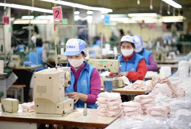 Nhiều doanh nghiệp dệt may dồn sức sản xuất khẩu trang để cung cấp cho thị trường