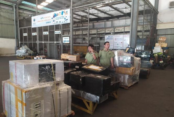 Số hàng hóa không nguồn gốc bị quản lý thị trường thu giữ tại kho hàng ở Nội Bài