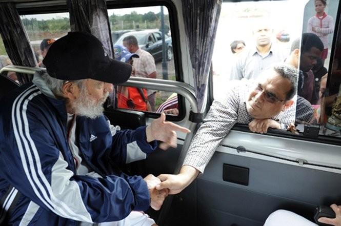 Cựu chủ tịch Fidel Castro bắt tay từng đại biểu Venezuela qua cửa xe ô tô