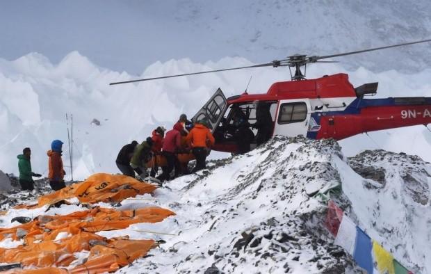 Giải cứu người gặp nạn trên đỉnh Everest.
