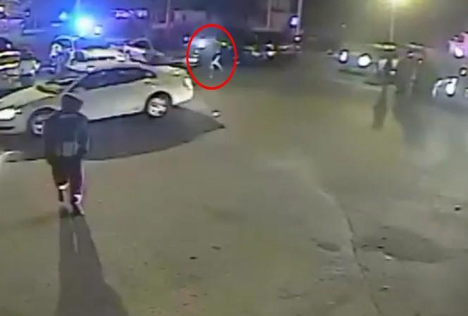 Hình ảnh cắt từ đoạn video cho thấy viên cảnh sát đuổi theo chiếc xe nạn nhân và nã súng.