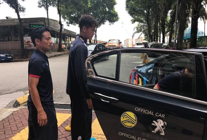 BHL đội tuyển U22 Việt Nam đưa Phí Minh Long đi kiểm tra chấn thương.