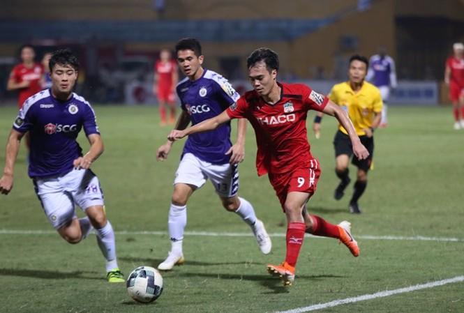 Văn Toàn khiến Hà Nội ôm hận ngay tại sân Hàng Đẫy.
