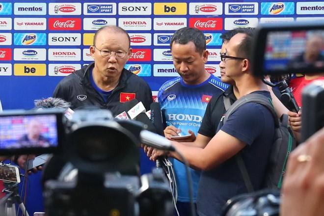 HLV Park Hang Seo đánh giá cao Songkrasin và HLV trưởng đội tuyển Thái Lan, Nishino Akira.