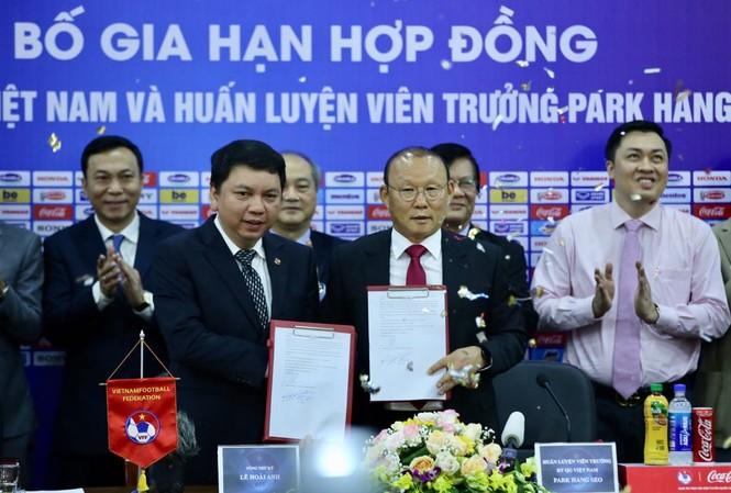HLV Park Hang Seo và bản hợp đồng mới với VFF. Ảnh: Hoàng Mạnh Thắng