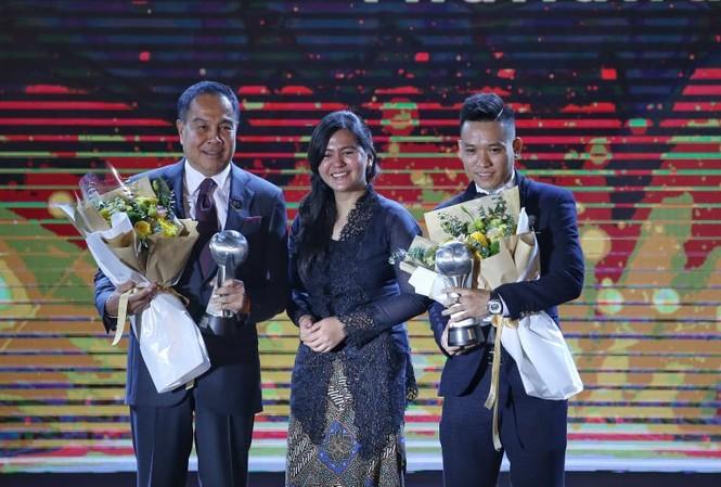 Trần Văn Vũ trên bục nhận giải thưởng Cầu thủ futsal của năm tại AFF Awards Night tối 8/11.
