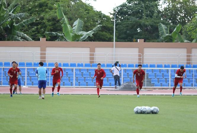 U22 Việt Nam tập làm quen sân Binan chiều 24/11. (ảnh Linh Hoàng)