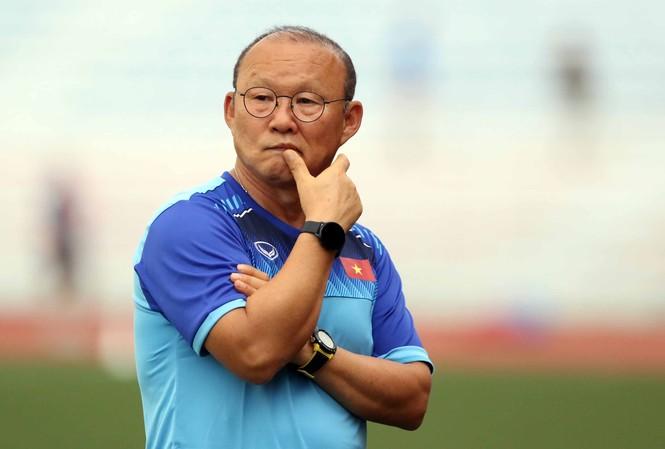 HLV Park Hang Seo cho quay hình trận đấu các đội bảng B để nghiên cứu.