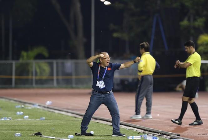 HLV Park Hang Seo không giấu được sự phấn khích khi chứng kiến U22 Việt Nam cầm hoà Thái Lan để chiếm vị trí nhất bảng B cùng suất vào bán kết SEA Games 30.