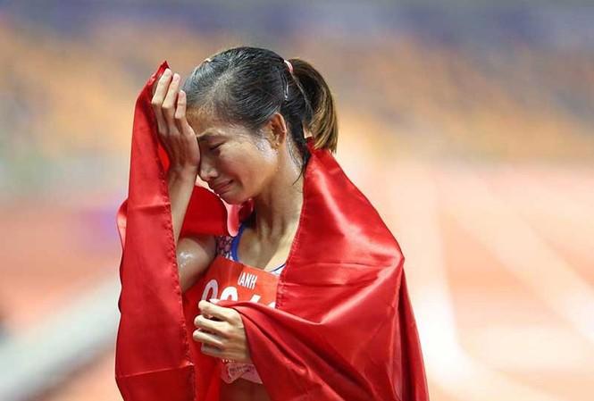Nguyễn Thị Oanh đoạt 3 HCV điền kinh tại SEA Games 30. Cô đứng không vững khi về đích ở cự li thứ 3. Ảnh: PLO