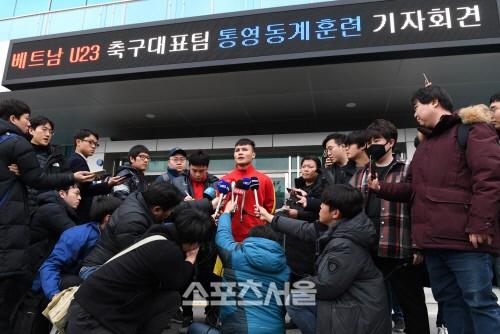 Quang Hải được báo chí Hàn Quốc săn đón trong chuyến tập huấn của U23 Việt Nam.