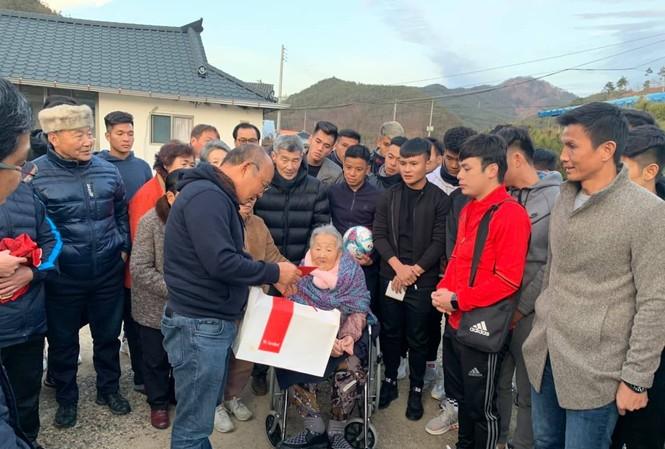 HLV Park Hang Seo tranh thủ chuyến tập huấn tại Hàn Quốc để về thăm mẹ già.