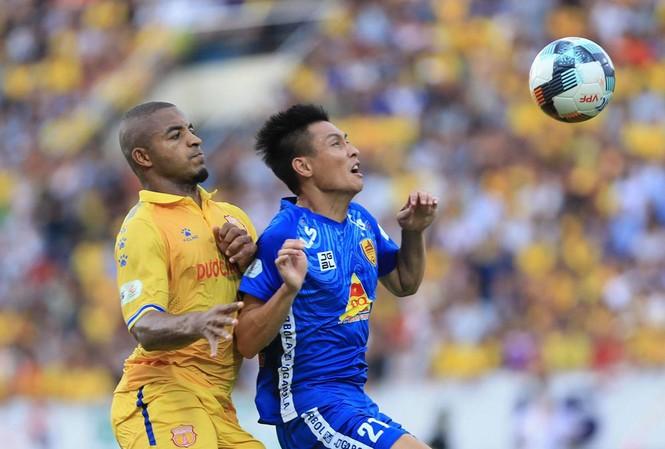 Nam Định (áo vàng) giành 3 điểm quan trọng trước Quảng Nam. Ảnh Anh Tú