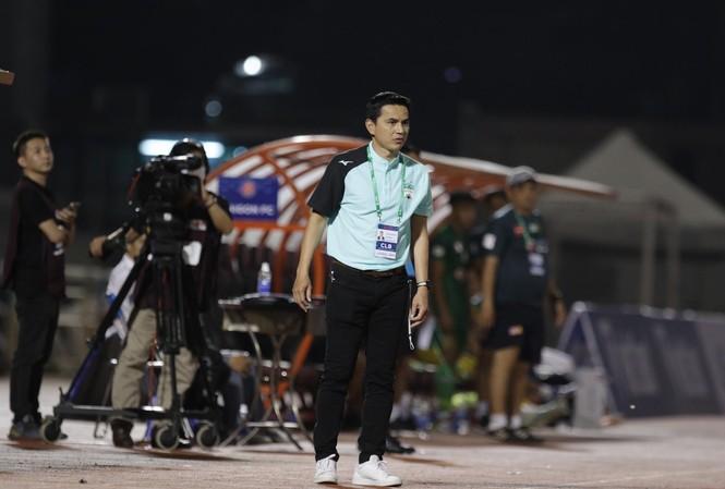 HLV Kiatisuk nhận thất bại đầu tiên ở LS V-League 2021 sau khi trở lại dẫn dắt HAGL. (ảnh Hữu Phạm)