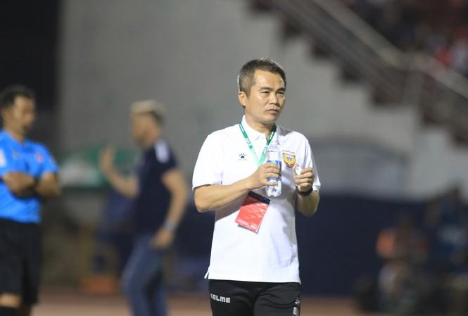 HLV Phạm Minh Đức cho rằng trọng tài bắt không bình thường ở trận thua 0-2 của Hà Tĩnh trước Tp Hồ Chí Minh (ảnh Viên Viên)