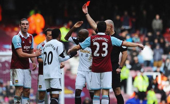 Carroll nhận thẻ đỏ trong trận đấu với Swansea City.