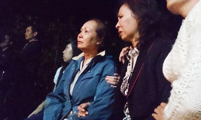 Nhiều người dân không cầm được nước mắt khi biết hung tin của gia đình Thành.