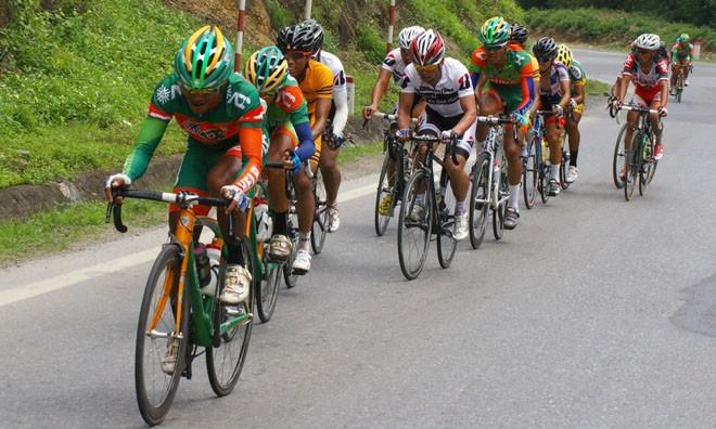 Đua xe đạp về Điện Biên: Khốc liệt chặng Hòa Bình