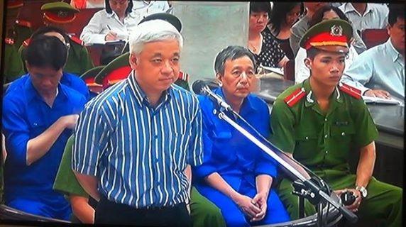 Bị cáo Nguyễn Đức Kiên trả lời hội đồng xét xử sáng nay, 21/5. Ảnh: Bảo Thắng