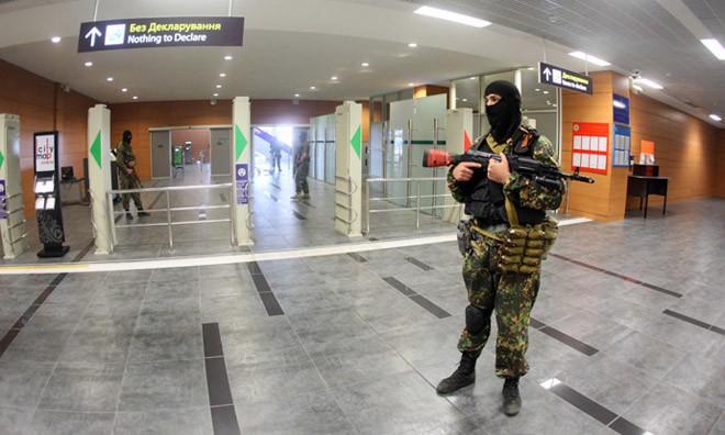 Các tay súng được cho là lực lượng vũ trang của Cộng hòa nhân dân Donetsk chiếm giữ sân bay.