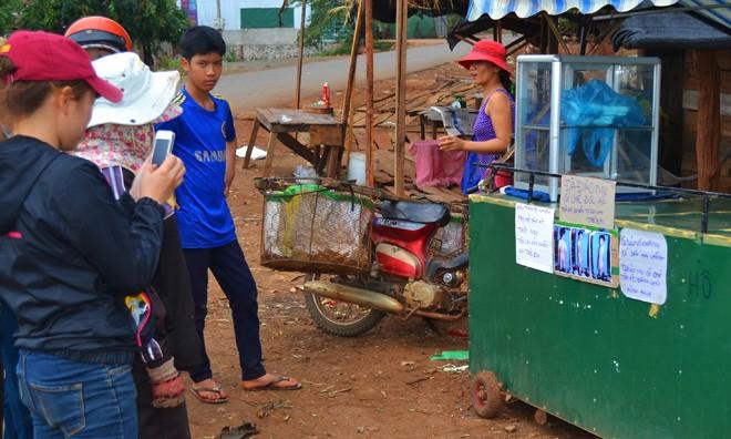 Xe bán bánh mì dán khẩu hiệu đòi nghiêm trị bà Thảo.