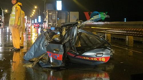 Chiếc taxi bị biến dạng hoàn toàn sau cú va chạm mạnh.