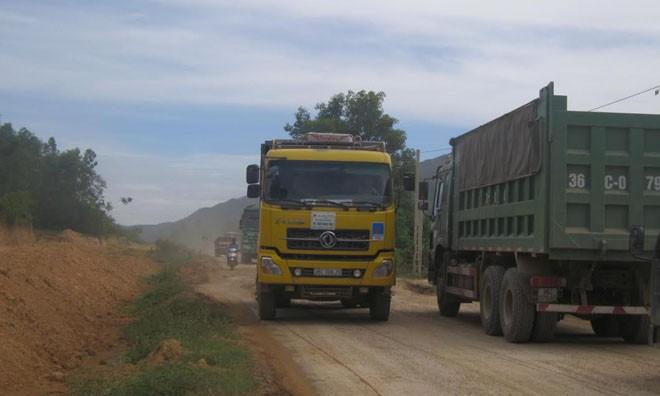 Nhiều xe tải trọng tải lớn chở đất, đá đã làm hư hỏng một số đoạn đường trên tuyến Quốc lộ Nghi Sơn- Bãi Trành. Ảnh: Hoàng Lam.