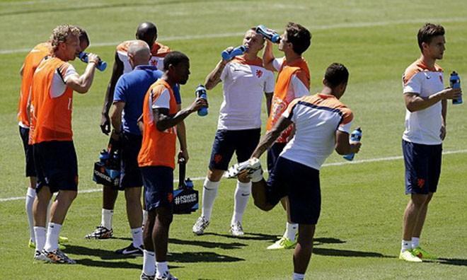 Van Gaal lo ngại cầu thủ Hà Lan kiệt sức vì thời tiết nóng ẩm ở Fortaleza.