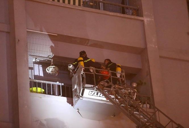 Bắc thang cứu người mắc kẹt ở chung cư cháy lớn