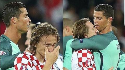 Cristiano Ronaldo ôm lấy Modric khi tuyển thủ Croatia đang khóc như mưa.