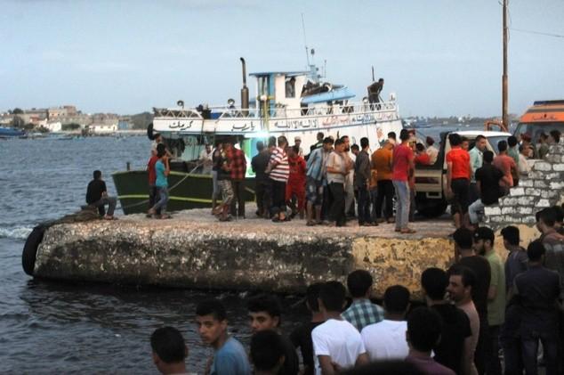 Công tác tìm kiếm cứu hộ được triển khai sau khi tàu chở 450 người nhập cư lật ở Địa Trung Hải. (Ảnh: AFP)