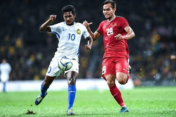 U22 Malaysia (áo trắng) giành vé vào chơi trận chung kết.