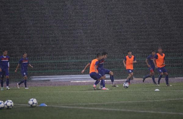 Tuyển Việt Nam đội mưa luyện công chờ đấu Campuchia
