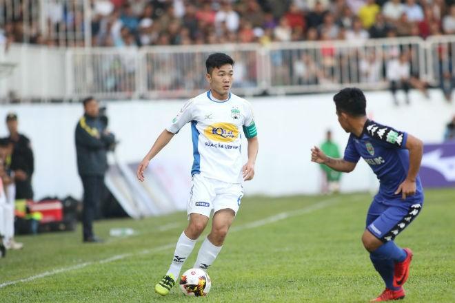 Cầu thủ Xuân Trường (áo trắng)