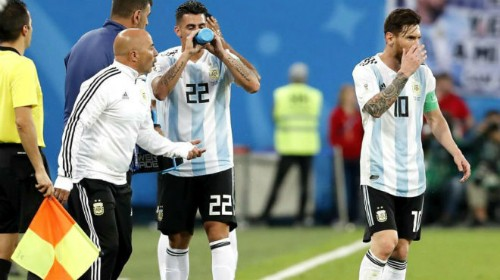 Sampaoli (áo khoác trắng) và Messi.