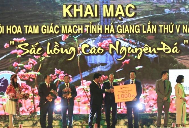 Đại diện Tập đoàn T&T Group đã trao tặng tỉnh Hà Giang 1.000 căn nhà tình nghĩa cho người nghèo, người có công của tỉnh