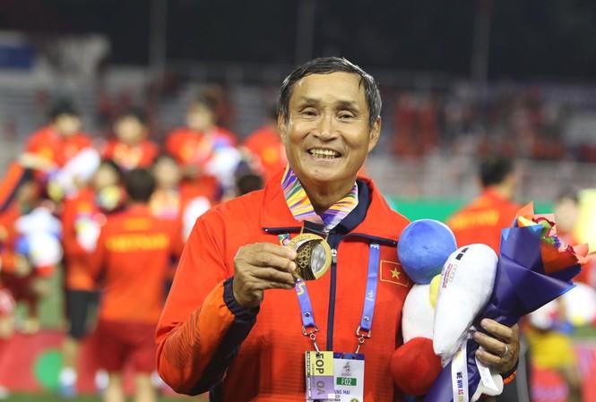 Nữ Việt Nam hạ Thái Lan, HLV Mai Đức Chung gọi điện chia vui với vợ