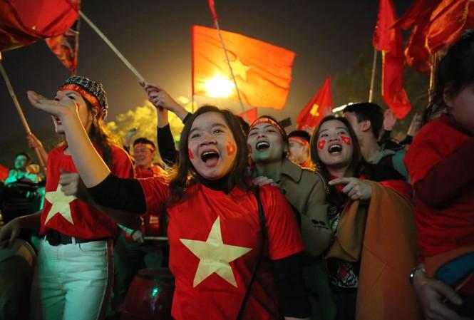 Triệu người xuống đường, phố phường rợp cờ ăn mừng U22 Việt Nam vô địch