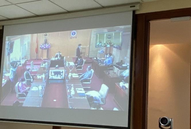 Trên mành hình là đầu cầu Bộ Y tế, nơi Phó Thủ tướng Vũ Đức Đam chủ trì cuộc giao ban.