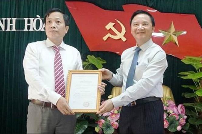 Ông Nguyễn Khắc Định - Bí thư Tỉnh ủy Khánh Hòa trao quyết định cho ông Hà Quốc Trị. Ảnh: VOV