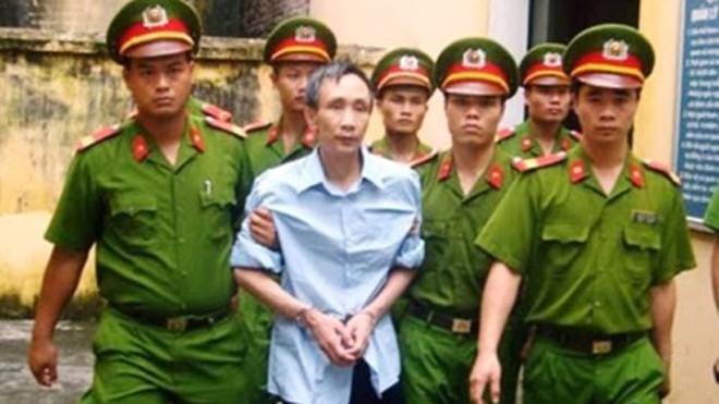 Bị cáo Hàn Đức Long bị áp tải. Nguồn ảnh: Internet